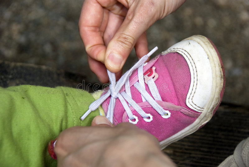 zawiązać buty dziecka obrazy royalty free