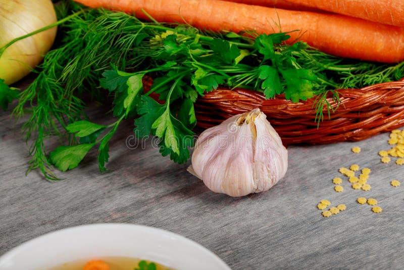 Zawiera świeżych organicznie warzywa koszykowych na drewno stole fotografia stock