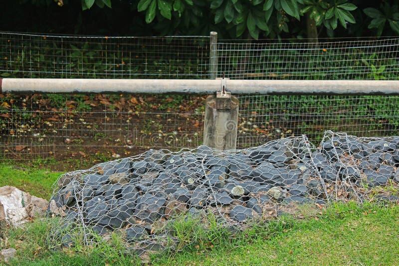 ZAWIERAJĄCY żwirów kamienie UŻYWAĆ PRZECIW erozji NA skłonie zdjęcie royalty free