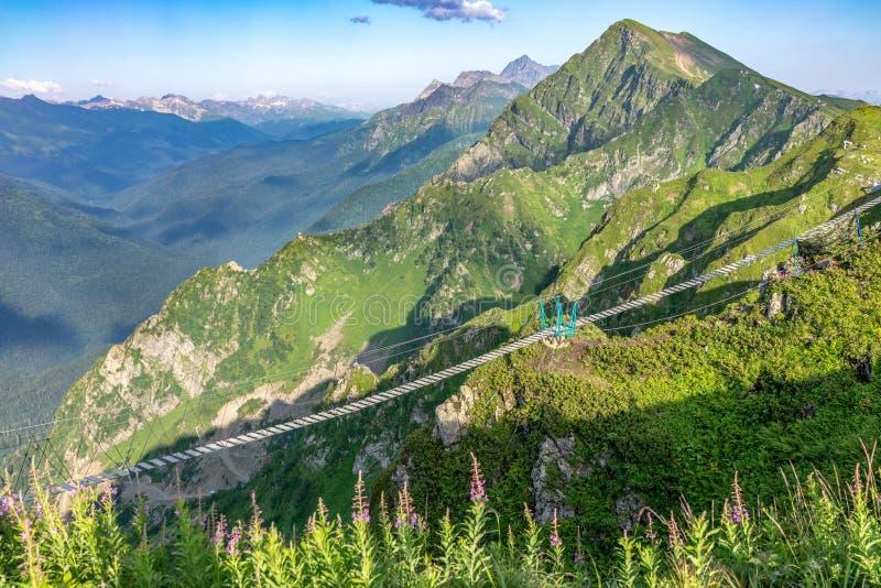 Zawieszenie most nad bezdennością w górach blisko ośrodka narciarskiego Rosa Khutor w Krasnaya Polyana 2014 2018 filiżanki gier o zdjęcia stock