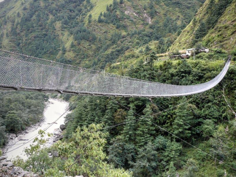 Zawieszenie most nad Kali Gandaki blisko Dana obrazy royalty free