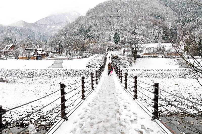 Zawieszony bridżowy wejście Shirakawago w zimie, Japonia fotografia stock