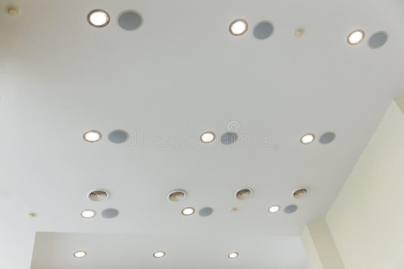 Zawieszony sufit i plasterboard z obmurowanymi światłami w dekoraci dom lub mieszkanie obraz royalty free