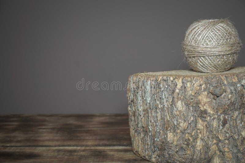 Zawijająca bieliźniana arkana umieszczająca na drewnianym roju obrazy stock