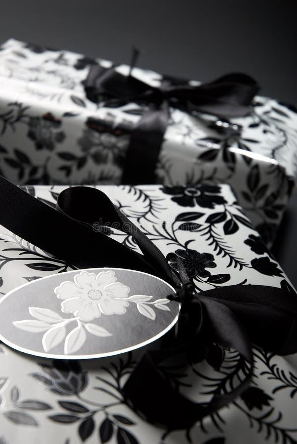 zawijający prezenta czarny biel zdjęcie stock