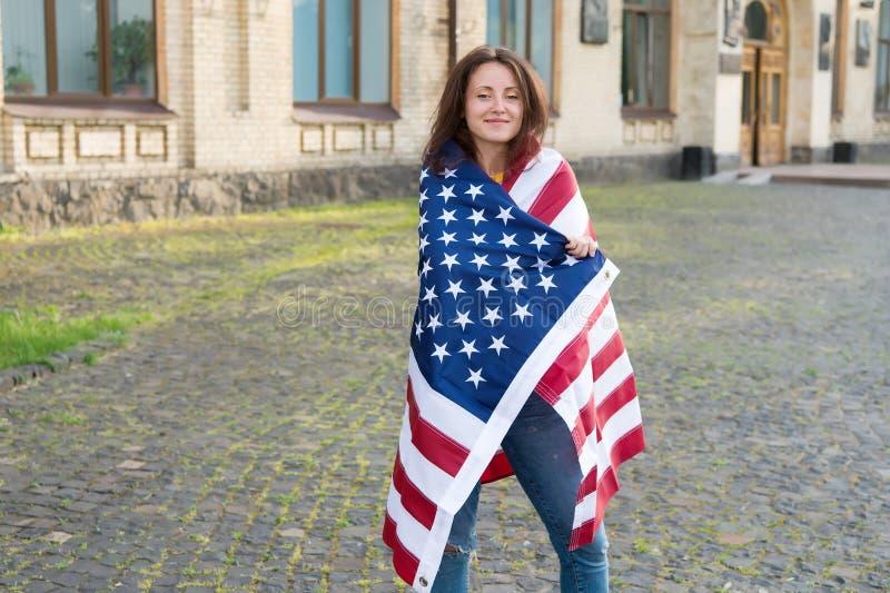 Zawijający w fladze Seksowna dziewczyna jest ubranym flagę amerykańską na dniu niepodległości Patriotyczna kobieta świętuje chorą fotografia royalty free