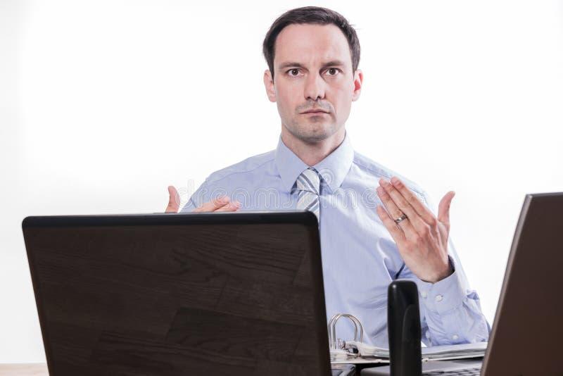 Zawiniony pracownik daje rynku papierów wartościowych zakupu znakowi zdjęcia stock