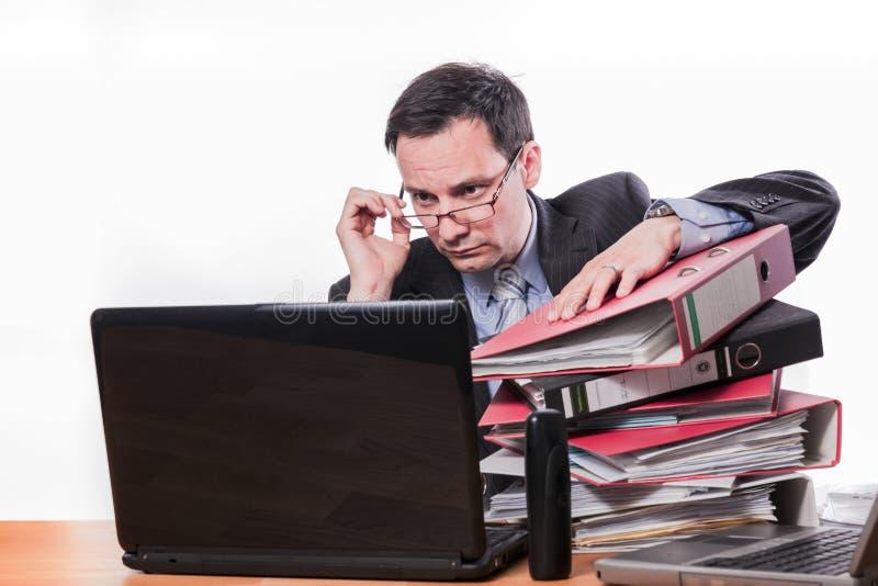 Zawiniony pracownik sprawdza dane zdjęcia stock