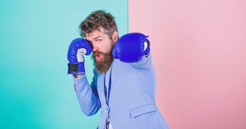 zawiniony sukces Brodaty m??czyzna w bokserskiej postawie Biznesmen w formalnej odzie?y i bokserskich r?kawiczkach Sport ulepsza  zdjęcie stock