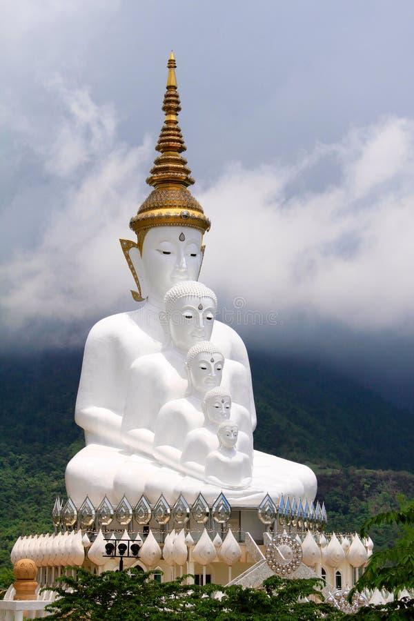 Zawodnik bez szans pięć siedzący biały Buddhas i mgłowi wzgórza za Buddha przy Pha Sorn Kaew w Khao Kora, Phetchabun, Tajlandia obraz stock