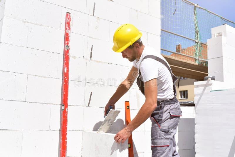 Zawodu pracownik budowlany - pracuje na plac budowy budowie mieszkaniowy dom obrazy royalty free