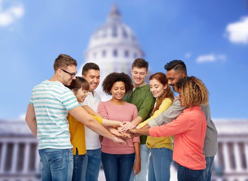 Zawody międzynarodowi grupa szczęśliwi ludzie trzyma ręki obrazy stock