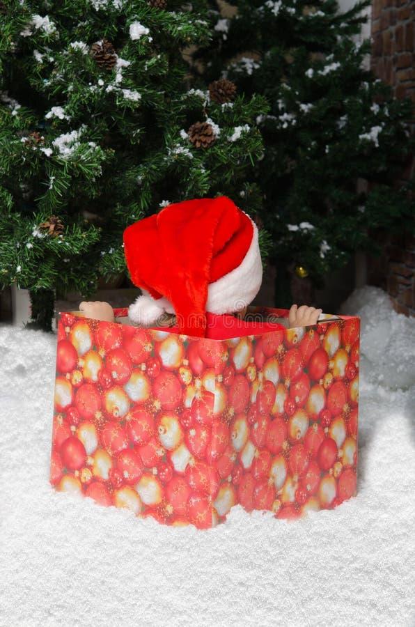 Zawodzący dziecko w Santa kostiumu czekaniu dla początku boże narodzenia zdjęcie stock