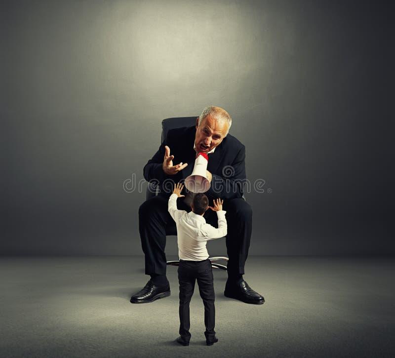 Zawodzący szef krzyczy przy złym pracownikiem zdjęcia stock