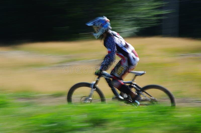 Zawoja,波兰- 2013年8月17日 下坡 快速地乘坐在自行车的未知的骑自行车者 库存照片