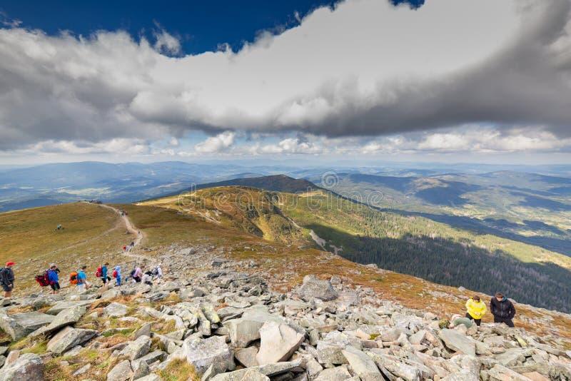 ZAWOJA, POLEN - 16. SEPTEMBER 2018: Leute auf dem Weg zu Babia Gora - Diablak - der höchste Berg in polnischen Beskid-Bergen stockfotografie