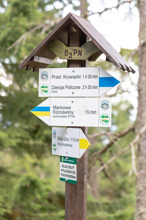ZAWOJA POLSKA, WRZESIEŃ, - 16, 2018: Wycieczkować śladu kierunkowskaz w Polskich Beskid górach z śladu kierunkiem Babia Gora Moun fotografia stock