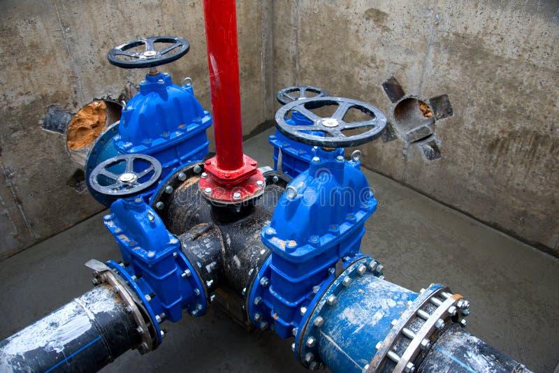 Zawory bramowe w studni zaworowej podziemnych sieci rurowych Ułożenie wodociągu na budowie obrazy royalty free