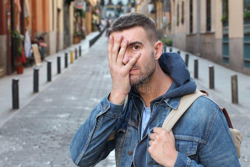 Zawstydzony mężczyzna zakrywa jego twarz fotografia stock