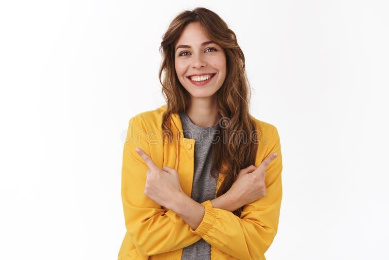 Zawsze dobry dwa warianta Atrakcyjna zrelaksowana uśmiechnięta szczęśliwa europejska dziewczyna wskazuje z ukosa ręki krzyżująceg obraz stock