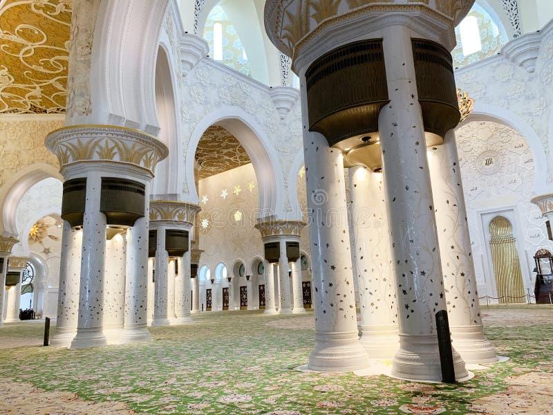 АБУ-ДАБИ, ОАЭ - 19-ОЕ МАРТА 2019: Красивый шейх Zayed Мечеть внутренность одна из 6 самых больших мечетей в мире, мечети был offi стоковые фото