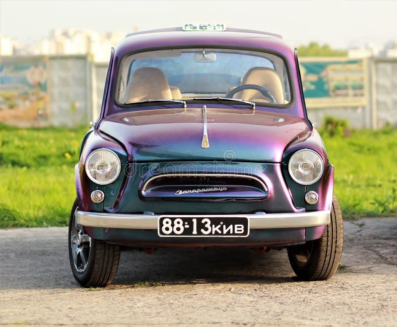 ZAZ Zaporozhets, советский украинский автомобиль, подлинный уникально фиолетовый цвет на автомобиле старой земли автомобиля ретро стоковая фотография rf