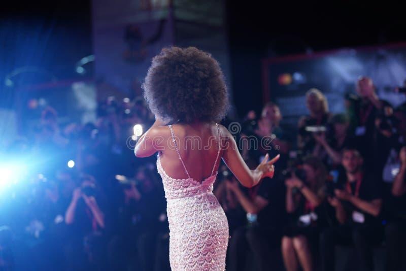 Zazie Beetz sur le tapis rouge f photographie stock libre de droits