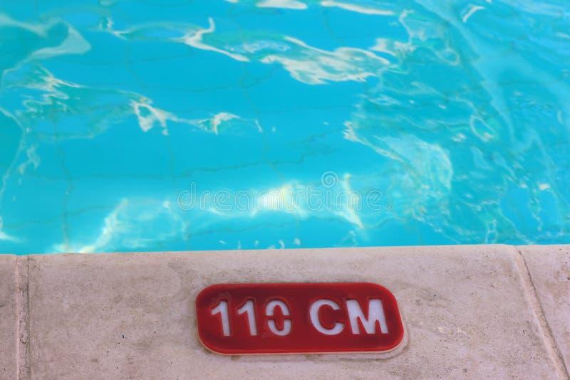 Zaznacza głębię woda w basenie _ zdjęcia stock