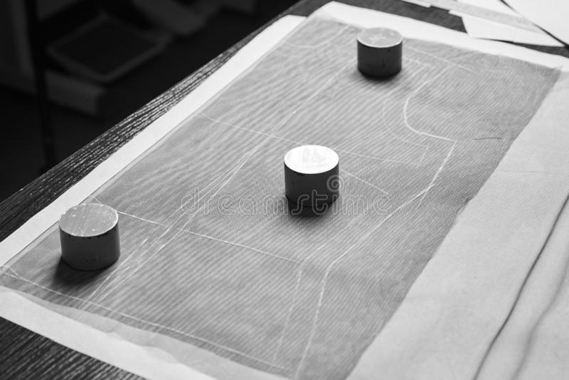 Zaznaczający w górę tkaniny z krawieckimi templets, dławi, sinkers i miara taśmy fotografia stock