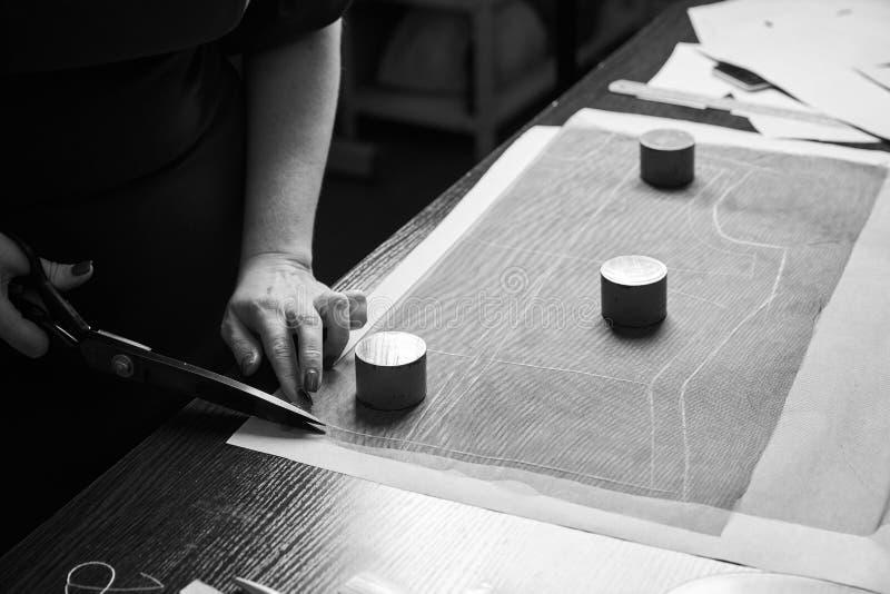 Zaznaczający w górę tkaniny z krawieckimi templets, dławi, sinkers i miara taśmy obrazy stock