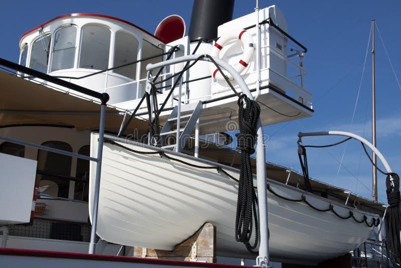 Zbawczy czynniki w statku i ratuneku łodzi, ratuneku, toczą na pokładzie zdjęcia royalty free