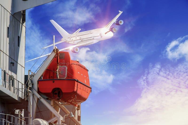 Zbawczy lifeboat na pokładzie masowego statku i lotniczego samolotu tło zdjęcie stock