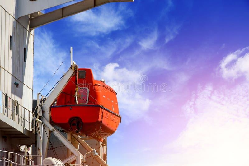 Zbawczy lifeboat na pokładzie masowy statek łódź na montażu fotografia royalty free