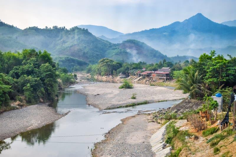 Zbieżność dwa rzeki w dżungli i domu na brzeg fotografia stock