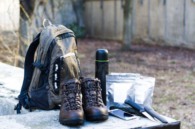 Zbiera podróż plecaka Plecak i materiał Przygotowywać dla przygody obrazy stock