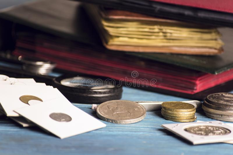 Zbiera stare wartościowe monety obraz royalty free