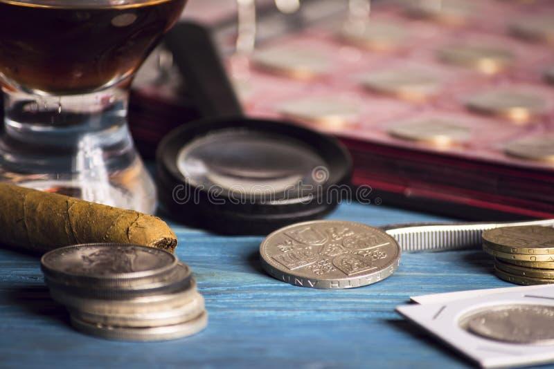 Zbiera stare wartościowe monety zdjęcia stock