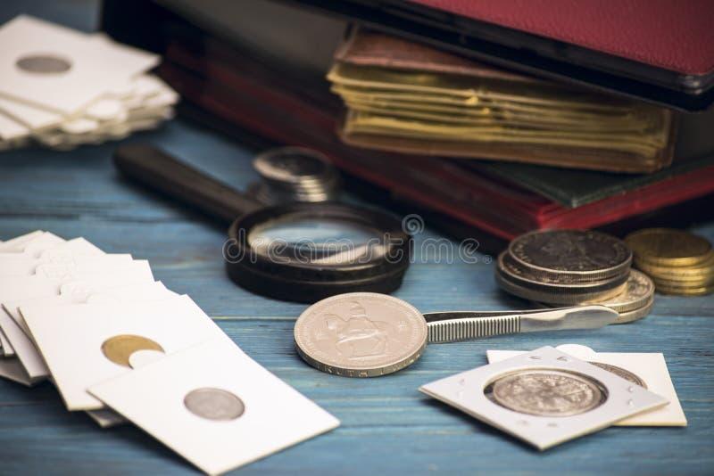 Zbiera stare wartościowe monety obrazy stock