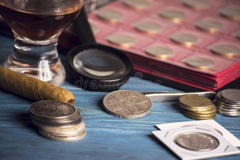 Zbiera stare wartościowe monety zdjęcia royalty free