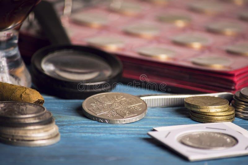 Zbiera stare wartościowe monety fotografia stock