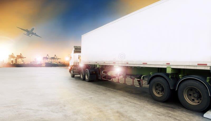 Zbiornik ciężarówka w wysyłka portu i ładunku samolotu lataniu above zdjęcie stock