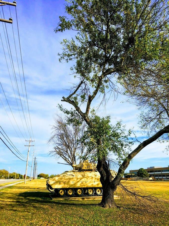 Zbiornik na bazie wojskowej w świetle słonecznym zdjęcie royalty free