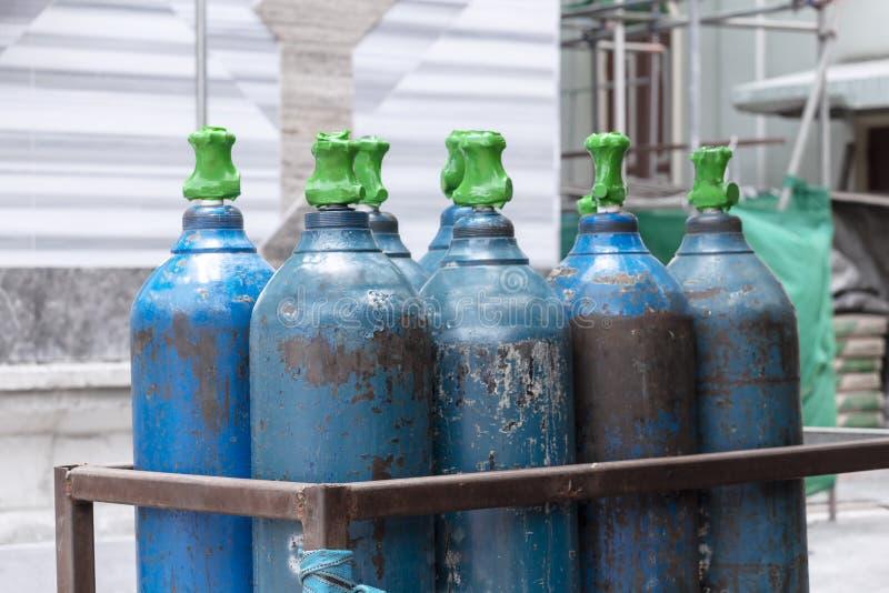 Zbiornik na tlen z zaworem urządzenia spawalniczego butla z gazem acetylenowym do konstrukcji stalowej zdjęcie stock