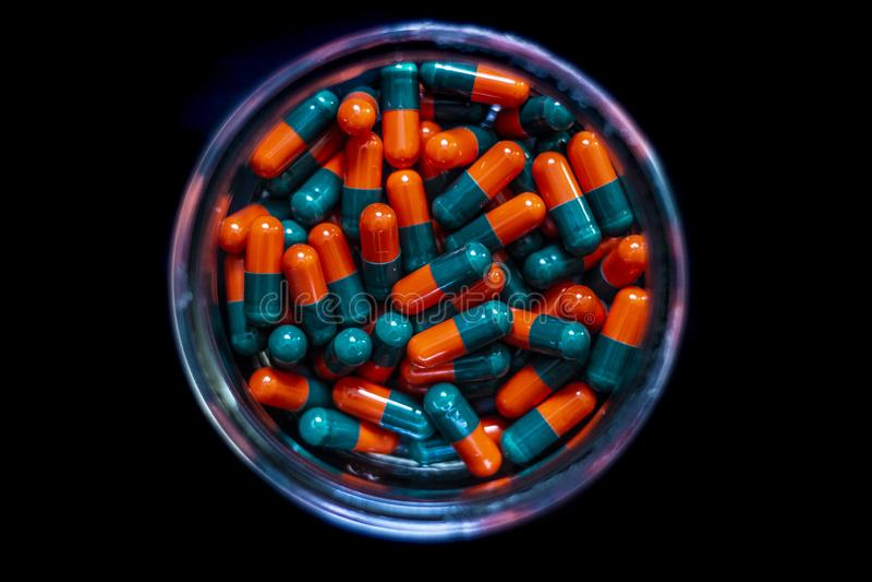 Zbiornik pełno barwione lekarstwo kapsuły, pigułki lub obrazy stock