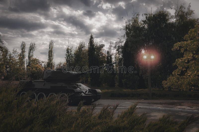 Zbiornik przy ulicą miasto Pojęcie działania wojskowe i zbrojący atak Wojna fotografia stock
