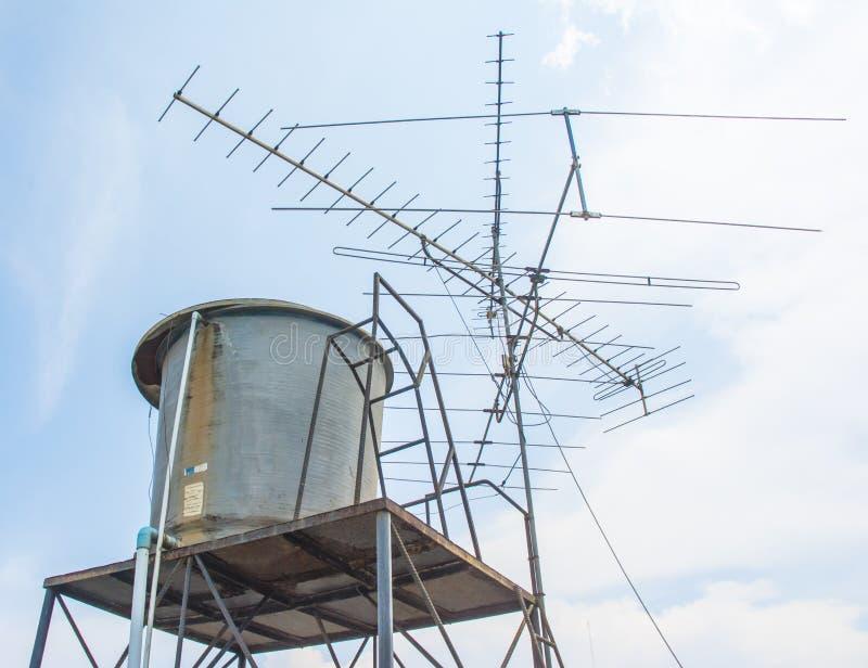 Zbiornik wodny i tv antena zdjęcia royalty free
