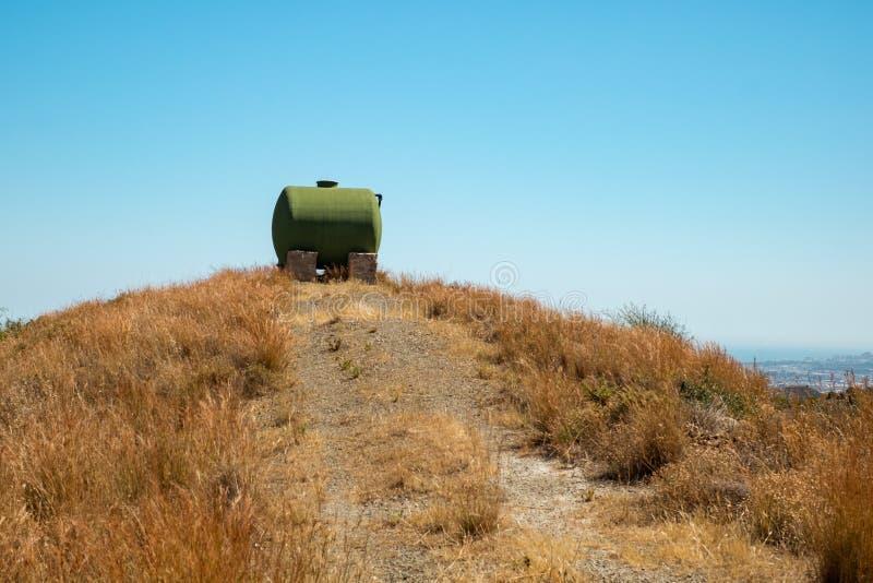 Zbiornik wodny na wierzchołku wzgórze fotografia stock