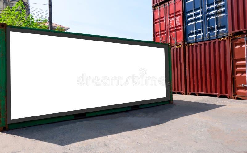 Zbiornik wysyłka dla Logistycznie Importowego Eksportowego biznesu i Przemysłowy pusty billboardu biel Pusta przestrzeń dla tekst obraz royalty free