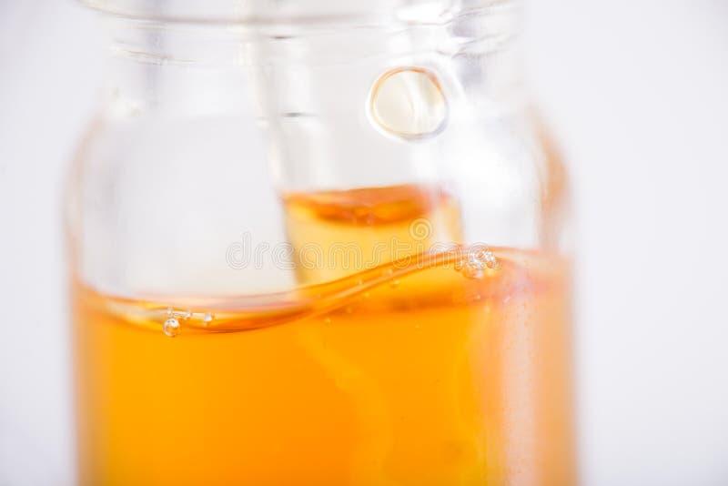 Zbiornik z CBD olejem, marihuana żyje żywica ekstrakcję odizolowywającą obraz stock