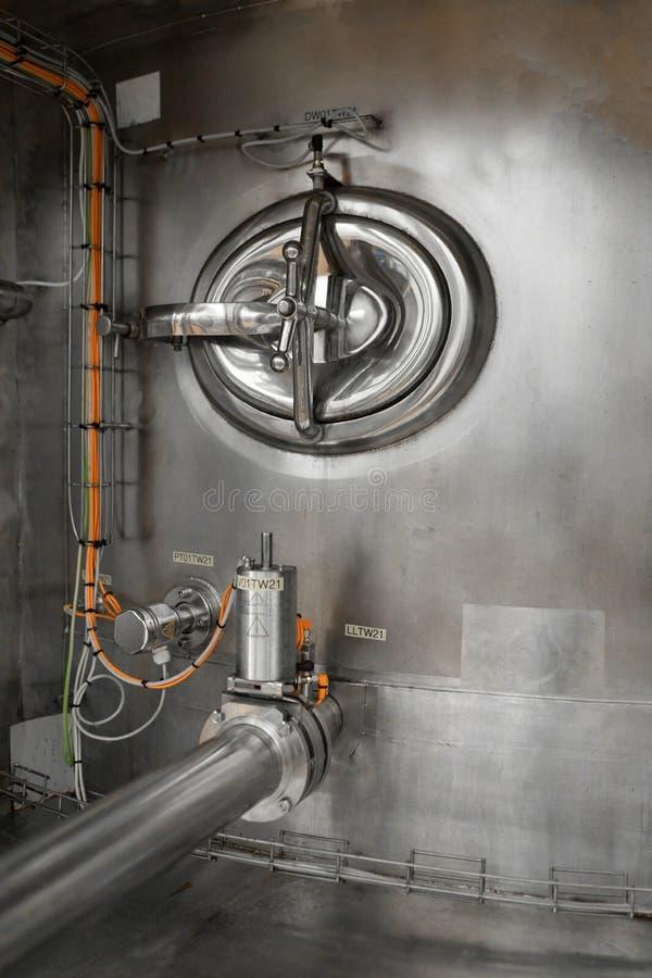 Zbiornik z obrotową klapą i drymbami łączył ono obrazy stock